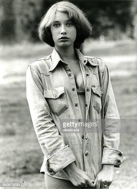junges Mädchen in Jeansjacke selbstbewusst um 1975 schwarzweiss 199002
