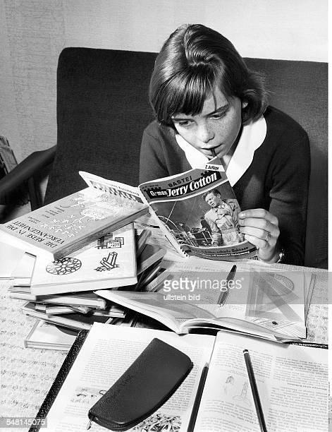 Junges Mädchen macht Pause von den Hausaufgaben sie schmökert im JerryCottonHeft Fotografie Hugo SchmidtLuchs