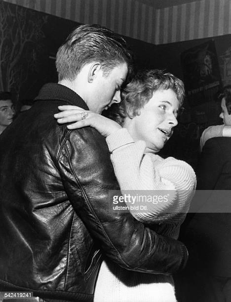 junges Paar beim Tanz in einem LokalNovember 1958