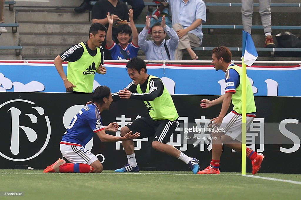 Jungo Fujimoto (L) of Yokohama F.Marinos celebrates scoring his team's second goal with his team mates during the J.League match between Shimizu S-Pulse and Yokohama F.Marinos at IAI Stadium Nihondaira on May 16, 2015 in Shizuoka, Japan.