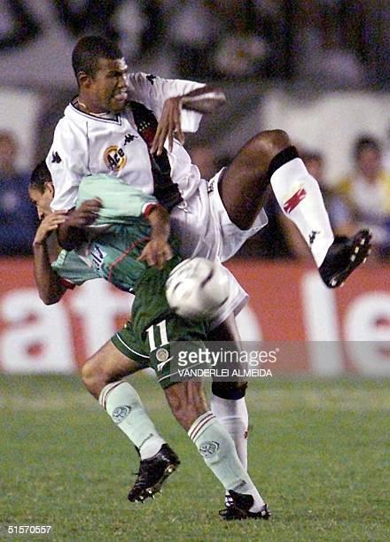 Junior Baiano of Vasco da Gama of Rio fights for the ball with Basilio of Palmeiras of Sao Paulo 06 December 2000 in Rio de Janeiro El jugador Junior...