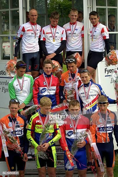 Junior DM Bane Odense Sejrsceremoni i 4 KM holdforfoelgelsesloeb oeverst de danske mestre Jylland i midten soelvvinderne Sjaelland og nederst...