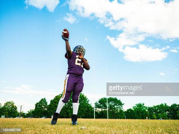 junior football speler tijdens het spel - football league stockfoto's en -beelden