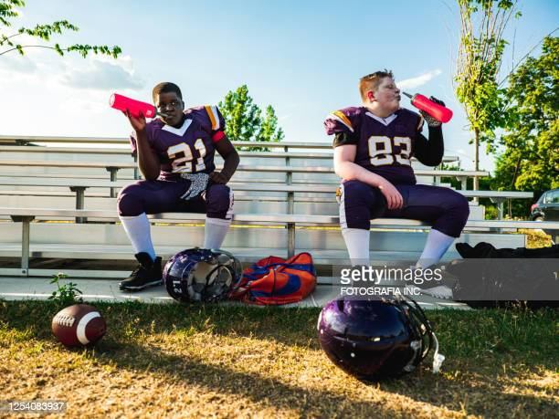 junior football players drinking water - the championship football league stock pictures, royalty-free photos & images
