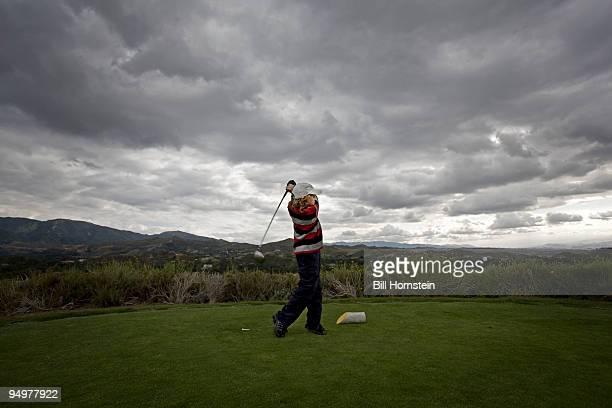 junior golfer - ショットを決める ストックフォトと画像