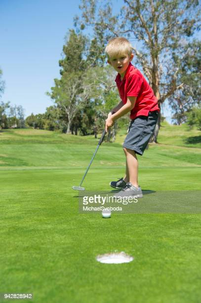 junior golfer putting - junior level stock pictures, royalty-free photos & images