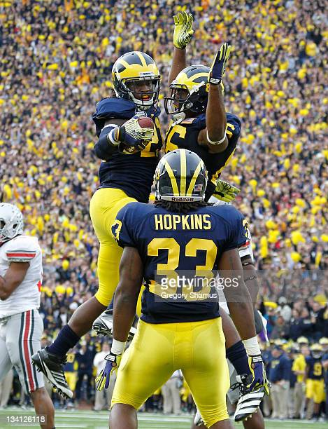 Junior Hemingway of the Michigan Wolverines celebrates his first quarter touchdown with Kevin Koger and Stephen Hopkins while playing the Ohio State...