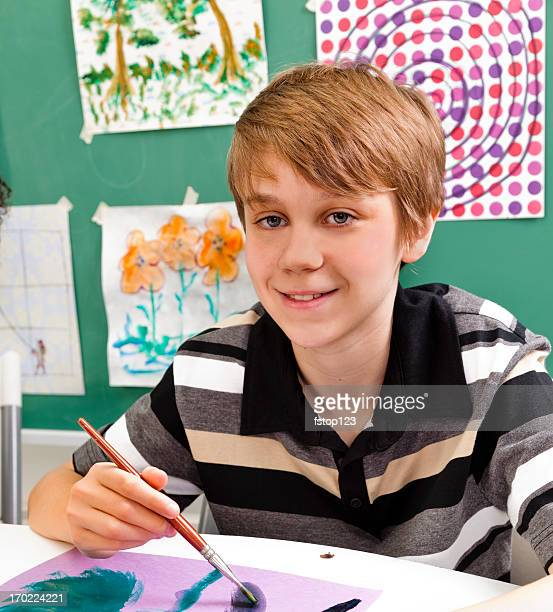 Junior High Student in Kunst-Klasse. Lächeln, Blick in die Kamera.
