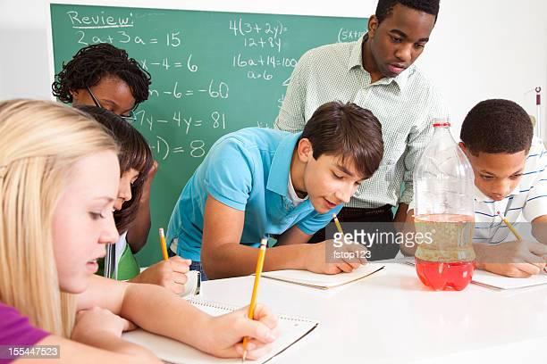 Junior high Studenten, afrikanischer Herkunft Lehrer in science-Klasse. Bildung.