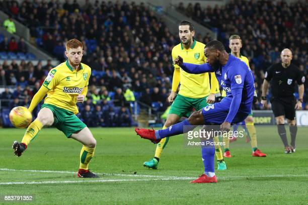 Junior Hoilett of Cardiff City is challenged by Harrison Reed of Norwich City during the Sky Bet Championship match between Cardiff City and Norwich...