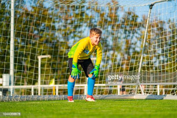junior league soccer goal keeper waiting - goalkeeper stock pictures, royalty-free photos & images