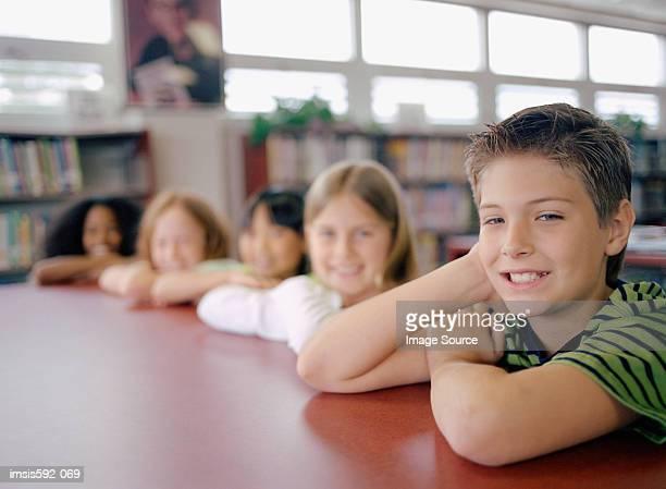 Junior-school-Schüler in der Bibliothek