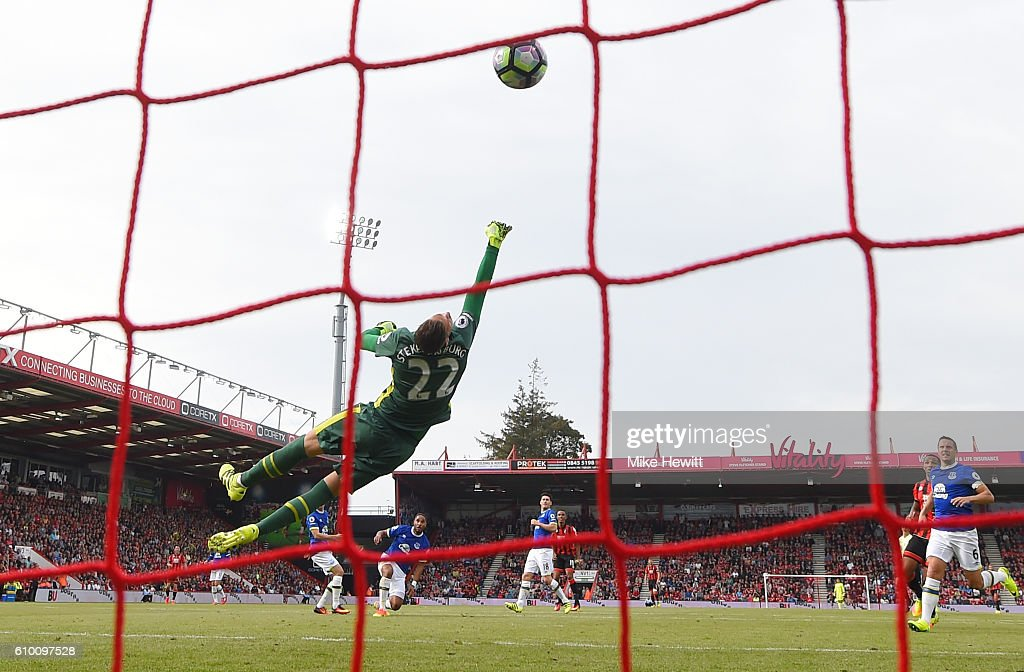 Junior Stanislas of AFC Bournemouth scores his sides first goal during the Premier League match between AFC Bournemouth and Everton at the Vitality Stadium on September 24, 2016 in Bournemouth, England.