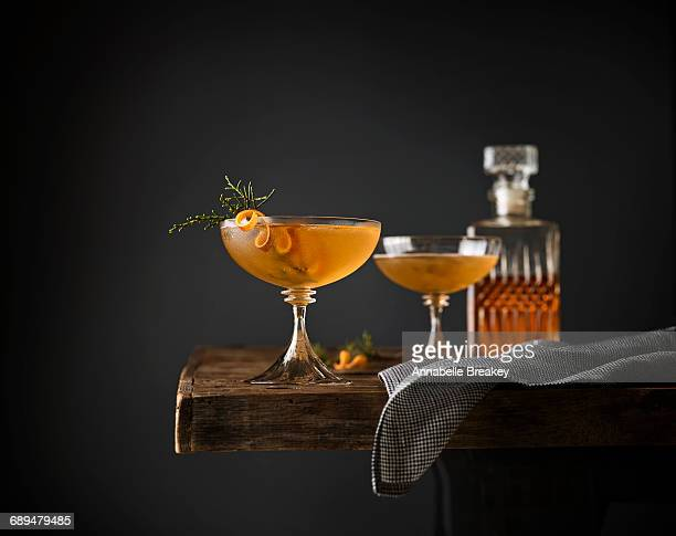 juniper manhattan cocktails - glas serviesgoed stockfoto's en -beelden