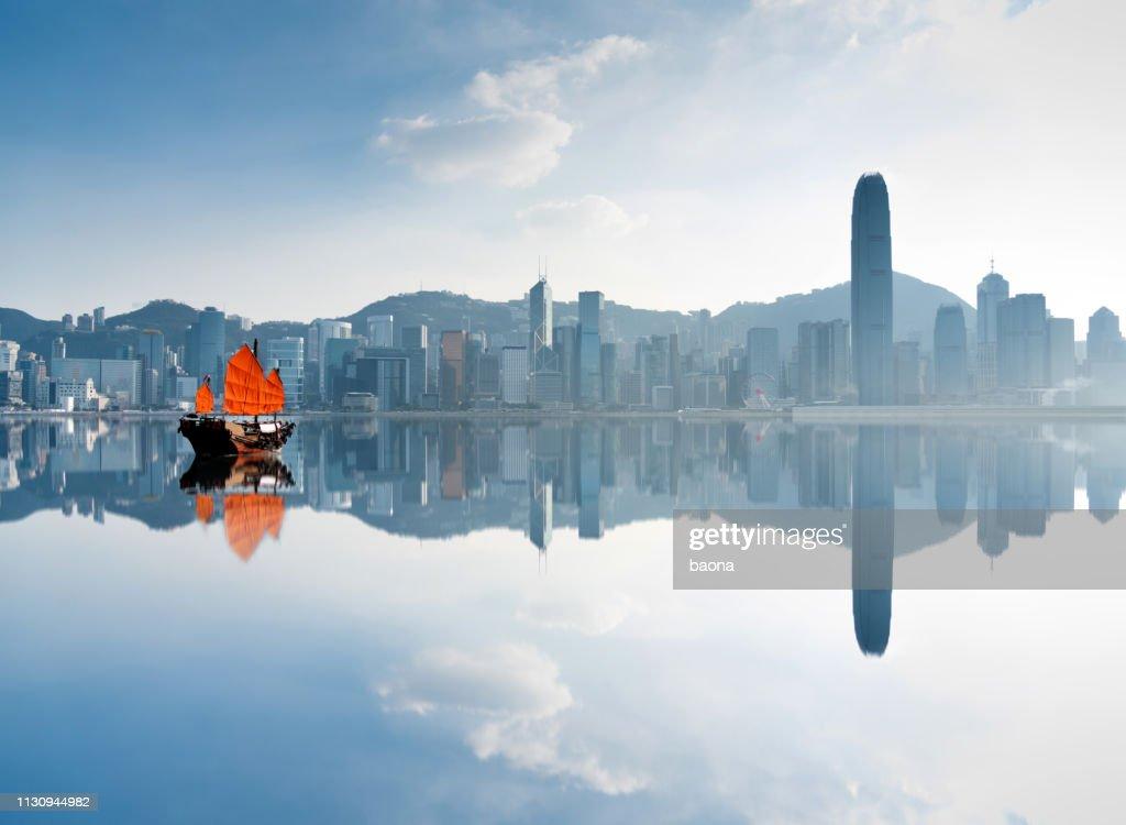Junk-Boot über Hafen in Hongkong : Stock-Foto