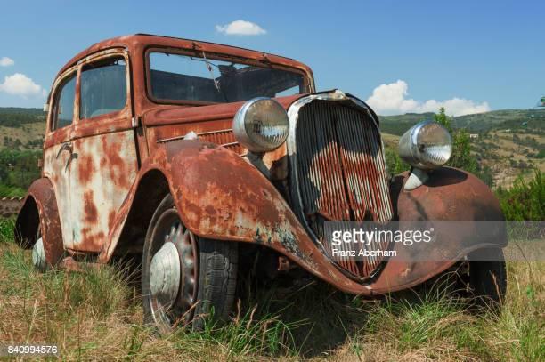 junk car, rust doing the job - rust colored fotografías e imágenes de stock