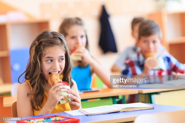 comida basura en la escuela - young thick girls fotografías e imágenes de stock