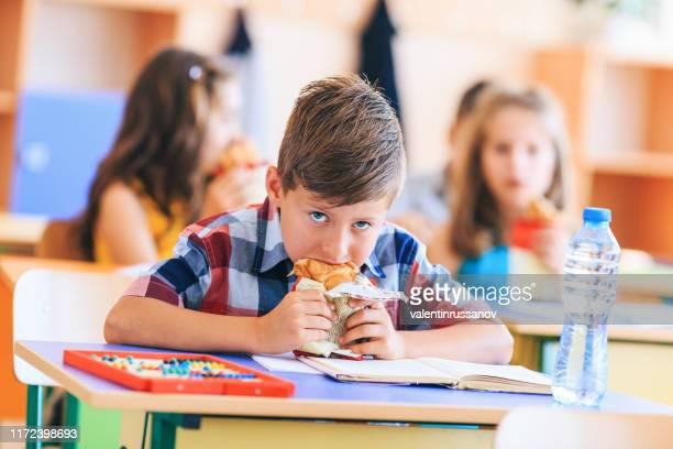 junk food in school - alimentação não saudável imagens e fotografias de stock