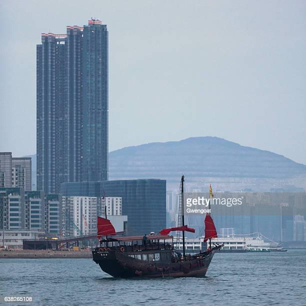 junk on victoria harbour - gwengoat stockfoto's en -beelden