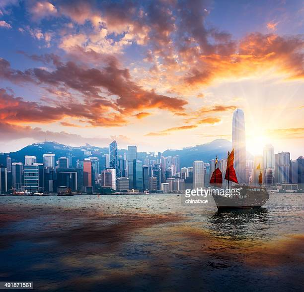 junkboat  of hong kong - hong kong victoria harbour stock pictures, royalty-free photos & images