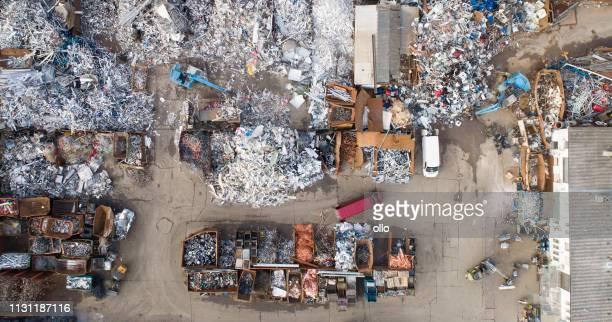 junkyard-luftaufnahme - umweltverschmutzung stock-fotos und bilder