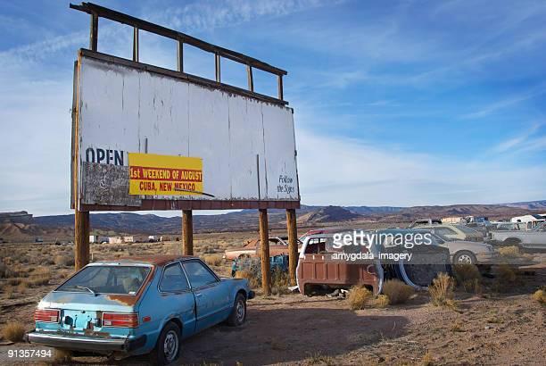 Autofriedhof billboard Wüstenlandschaft und sky