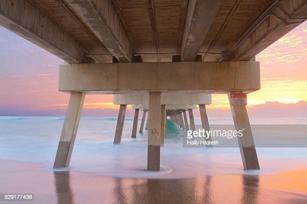 juno pier at sunrise - フロリダ州 ジュピター ストックフォトと画像