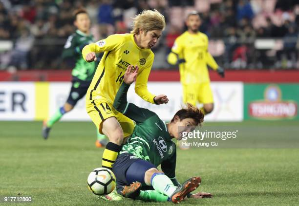 Junya Ito of Kashiwa Reysol and Kim Jinsu of Jeonbuk Hyundai Motors compete for the ball during the AFC Champions League Group E match between...