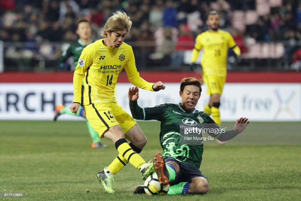 Junya Ito of Kashiwa Reysol and Kim Jin-su of Jeonbuk Hyundai Motors compete for the ball during the AFC Champions League Group E match between Jeonbuk Hyundai Motors and Kashiwa Reysol at the Jeonju World Cup Stadium on February 13, 2018 in Jeonju, South Korea.