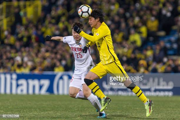 Junya Ito of Kashiwa Reysol and Mi Haolun of Tianjin Quanjian fight for the ball during the AFC Champions League match between Kasshiwa Reysol and...