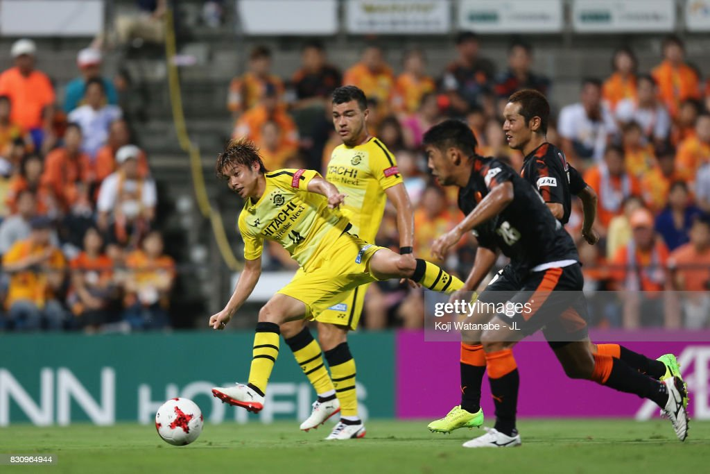 Junya Ito of Kashiwa Reysol scores the opening goal during the J.League J1 match between Shimizu S-Pulse and Kashiwa Reysol at IAI Stadium Nihondaira on August 13, 2017 in Shizuoka, Japan.