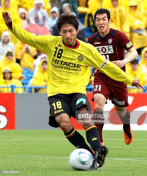 Junya Tanaka of Kashiwa Reysol scores his team's first goal during the JLeague match between Kashiwa Reysol and Vissel Kobe at Hitachi Kashiwa Soccer...