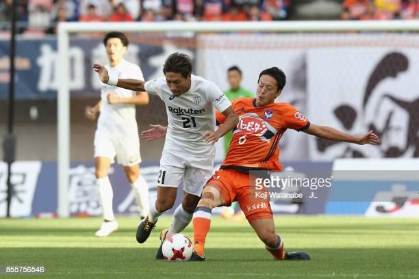 Junya Tanaka of Vissel Kobe and Ryota Isomura of Albirex Niigata compete for the ball during the JLeague J1 match between Albirex Niigata and Vissel...