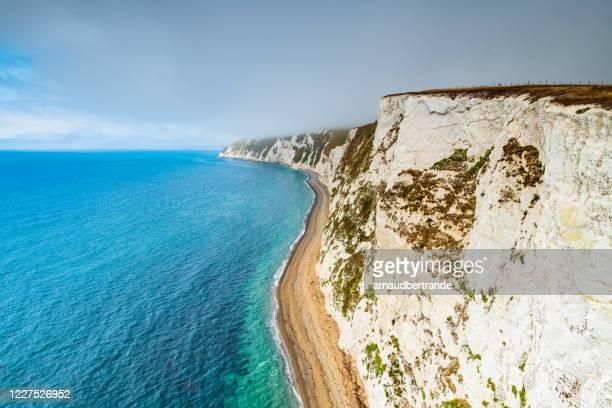 jurassic coastline along devon and dorset, england, uk - het kanaal stockfoto's en -beelden
