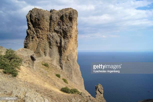 jurassic/mesozoic landscape with karadag rock formations by the sea, crimea - argenberg - fotografias e filmes do acervo