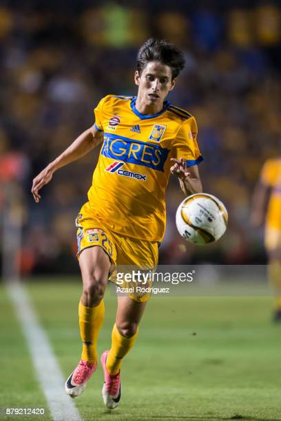 Jurgen Damm of Tigres drives the ball during the quarter finals second leg match between Tigres UANL and Leon as part of the Torneo Apertura 2017...