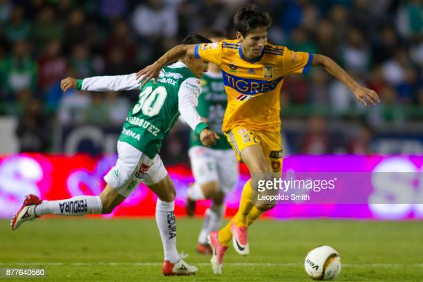 Jurgen Damm of Tigres figths for the ball with Jose Rodriguez of Leon during the quarter finals first leg match between Leon and Tigres UANL as part...