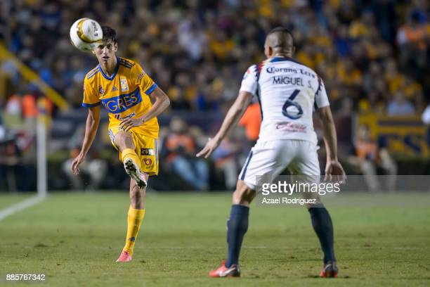 Jurgen Damm of Tigres kicks the ball over Miguel Samudio of America during the semifinal second leg match between Tigres UANL and America as part of...