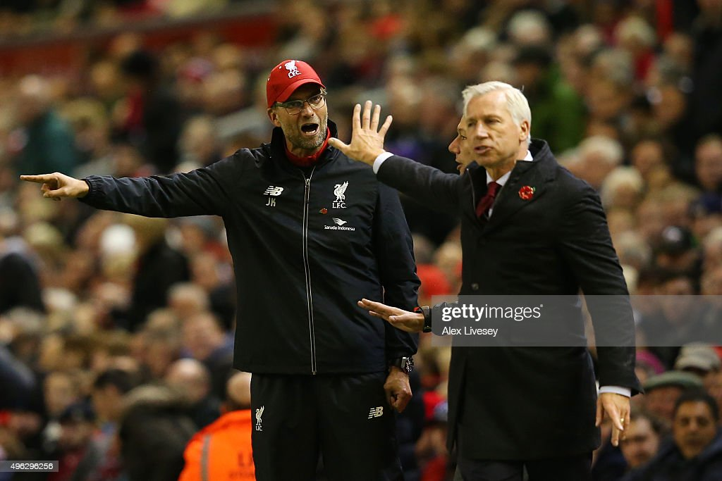 Jurgen Klopp, Manager of Liverpool (L) argues with Alan Pardew, Manager of Crystal Palace during the Barclays Premier League match between Liverpool and Crystal Palace at Anfield on November 8, 2015 in Liverpool, England.