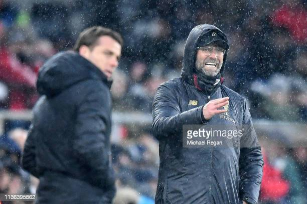 Jurgen Klopp Manager of Liverpool gives his team instructions during the Premier League match between Fulham FC and Liverpool FC at Craven Cottage on...