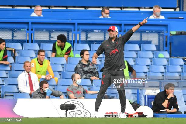 Jurgen Klopp Manager of Liverpool gives his team instructions during the Premier League match between Chelsea and Liverpool at Stamford Bridge on...