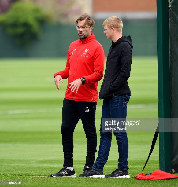 Jurgen Klopp manager of Liverpool talking with Kyle Edmund tennis player during a training session at Melwood Training Ground on April 24 2019 in...