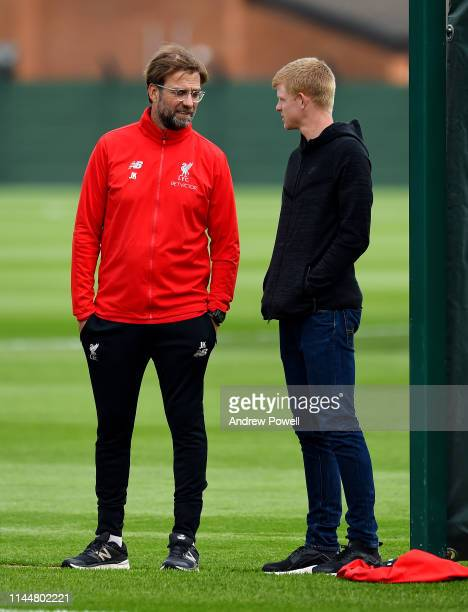 Jurgen Klopp manager of Liverpool talking with Kyle Edmund tennis player during a training session at Melwood Training Ground on April 24, 2019 in...