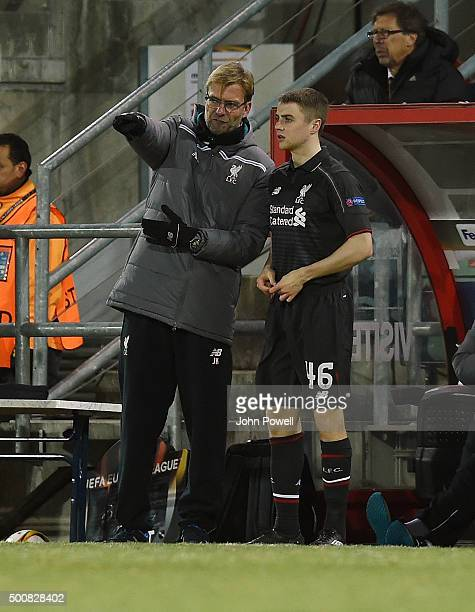 Jurgen Klopp manager of Liverpool talks with Jordan Rossiter during the UEFA Europa League match between FC Sion and Liverpool FC at Estadio...
