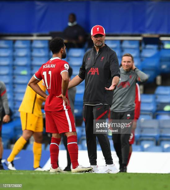 Jurgen Klopp of Liverpool celebrates with liverpool plyers at the end of the Premier League match between Chelsea and Liverpool at Stamford Bridge on...