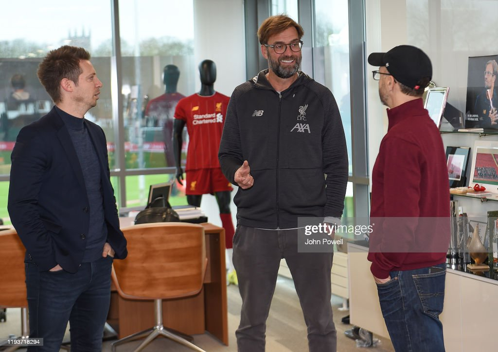 Jurgen Klopp Signs A Contract Extension at Liverpool (THE SUN OUT, THE SUN ON SUNDAY OUT) : Nachrichtenfoto
