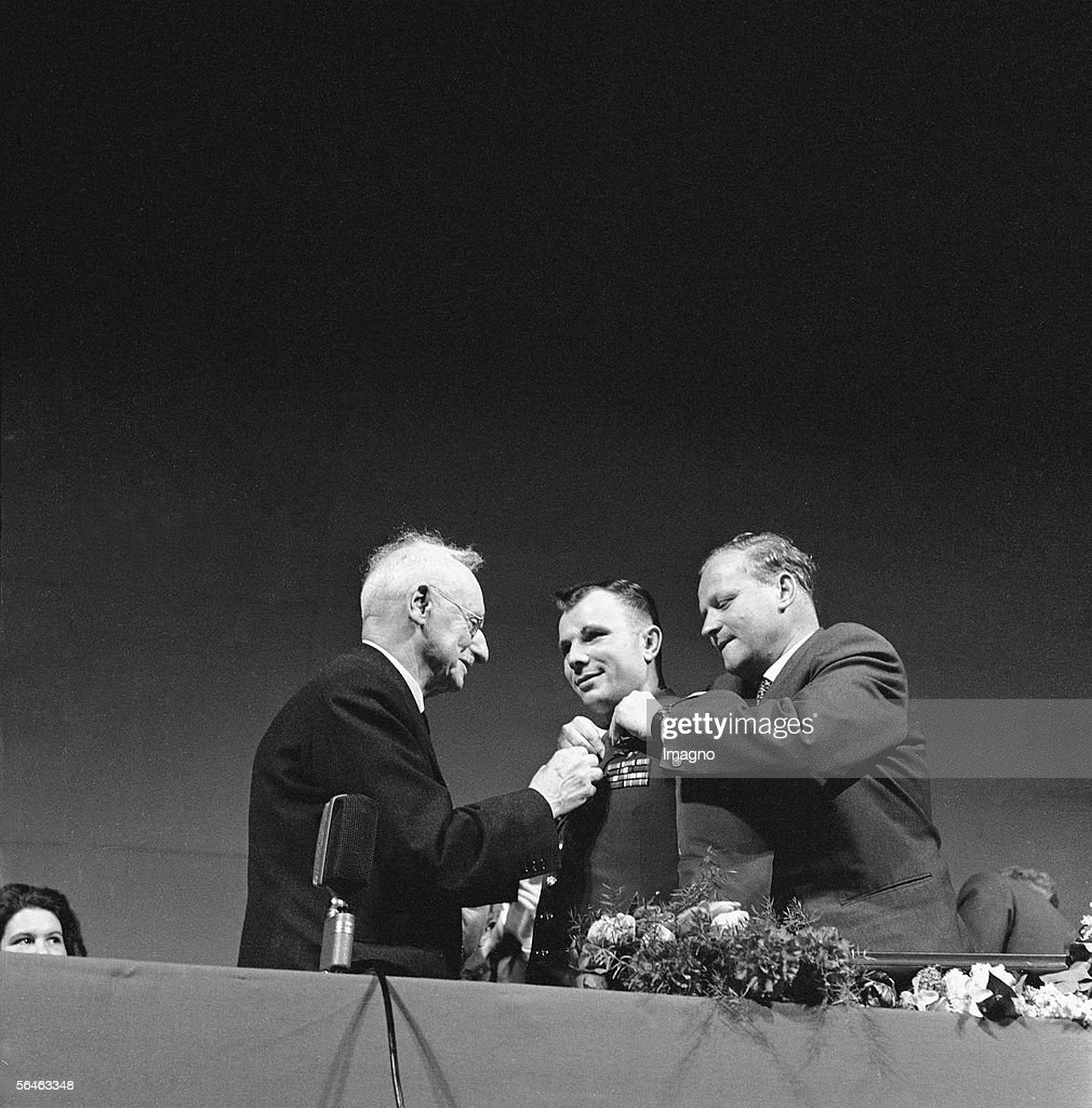 Juri Gagarin, Soviet cosmonaut, being awarded with a decoration. Vienna. Photography, 1962. (Photo by Imagno/Getty Images) [Juri Gagarin, sowjetischer Kosmonaut bekommt einen Orden verliehen.Wien. Photographie. 1962]