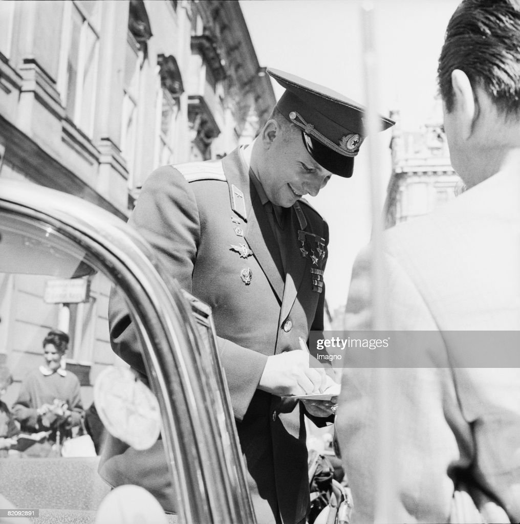 Juri Gagarin, Soviet cosmonaut, giving autographs, Vienna, photography, 1962 (Photo by Imagno/Getty Images) [Juri Gagarin, sowjetischer Kosmonaut, verteilt Autogramme, Wien, Photographie, 1962]