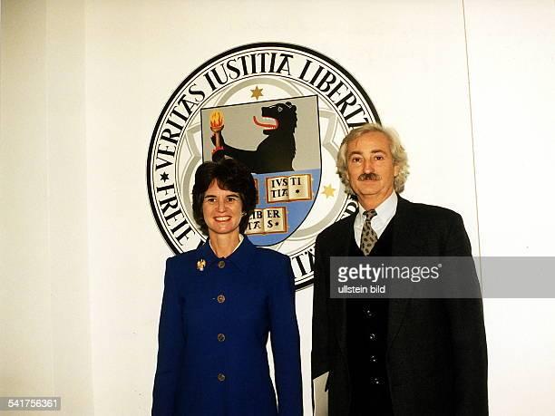 Jurist, DPräsident der Freien Universität Berlinmit Kathleen Kennedy-Townsend, der NichteJohn F. Kennedys, vor dem Wappen der FU