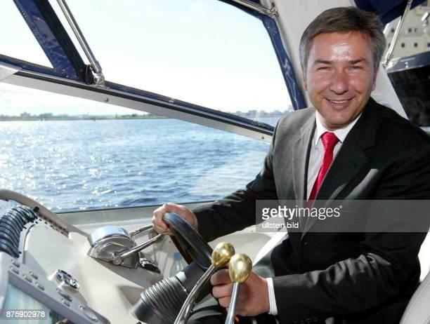Jurist Politiker SPD D Mitglied des Berliner Abgeordnetenhaus Regierender Bürgermeister von Berlin bei einem Besuch in Lettland am Steuer eines...